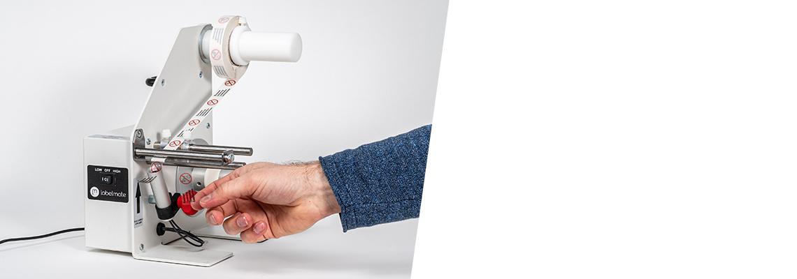 Le papier support se détache automatiquement de l'étiquette